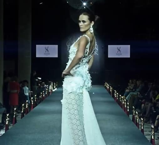 maison de couture paris amazing model bella hadid walks. Black Bedroom Furniture Sets. Home Design Ideas